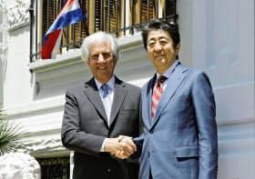 ウルグアイのバスケス大統領(左)と握手する安倍首相(2日、モンテビデオ)=共同
