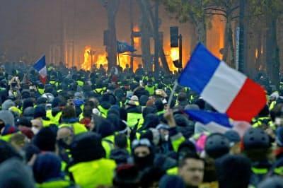 フランスの燃料税に反対するデモで130人超が負傷した(パリ)=ロイター