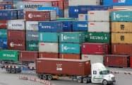 中国からの生産シフトが期待できるベトナムは好調(ホーチミン市の港)=ロイター