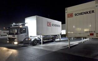 DBシェンカーはスウェーデンのエインライドと組んで電動無人運転トラックの商業化に取り組む(同社の物流センター)=AP