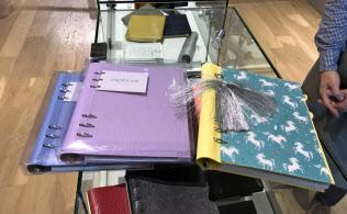 ファイロファックスの「clipbook」の本体をデコレーションする人が増えている(東京・中央の伊東屋の銀座本店の売り場)