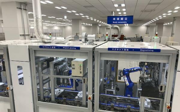 モーターの組み立て工程を7つのセルに分けて多品種を1個ずつ生産できる(埼玉県入間市の安川ソリューションファクトリ)