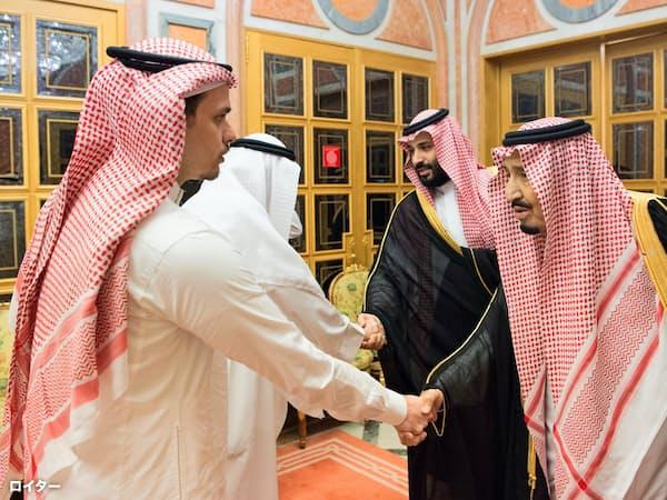 10月23日、ムハンマド皇太子とともにカショギ氏の遺族を弔問するサルマン国王=ロイター