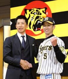 入団記者会見で矢野監督(左)と写真に納まる阪神ドラフト1位の近本光司外野手(3日、大阪市内のホテル)=共同