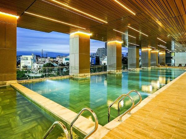 中間所得向けのマンションだが立派な屋内プールがある