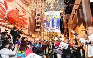 2025年の万博開催地に大阪が決まり、喜ぶ人たち(大阪市中央区)