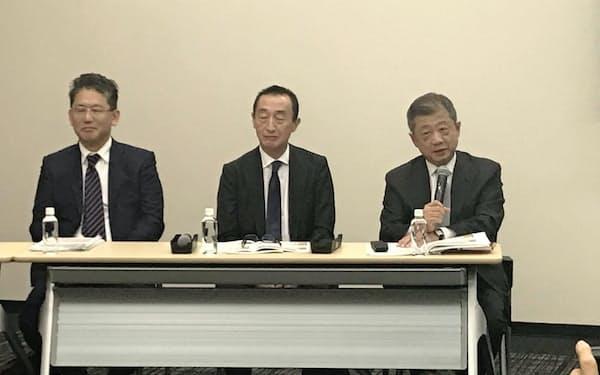 記者会見する(左から)LIXILグループの瀬戸氏、山梨氏、潮田氏(10月31日)