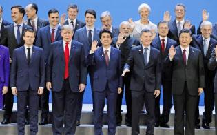 G20首脳会合の記念撮影に臨む安倍首相ら(11月30日、ブエノスアイレス)=共同