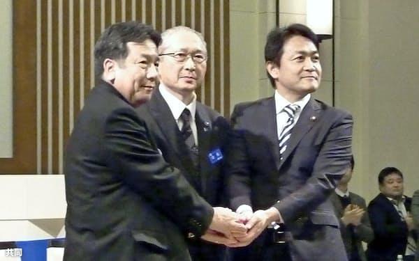 政策協定を調印し握手する(左から)立憲民主党の枝野代表、連合の神津里季生会長、国民民主党の玉木代表(11月30日、千葉県浦安市)=共同