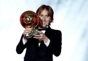 バロンドールを受賞したモドリッチ(3日、パリ)=ロイター
