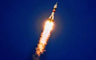 3日、カザフスタンの宇宙基地から打ち上げられたロシアの宇宙船「ソユーズ」=ロイター