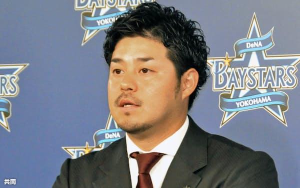 契約更改交渉を終え、記者会見に臨むDeNAの宮崎敏郎内野手(4日、横浜市内の球団事務所)=共同
