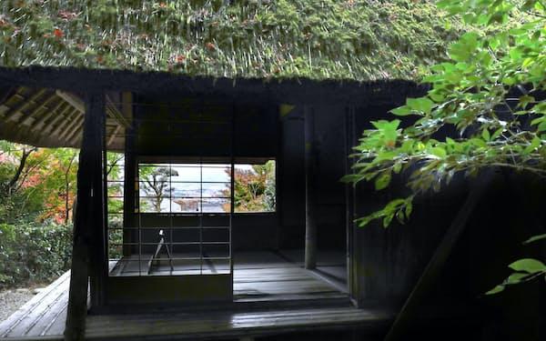 芭蕉庵は四畳半ほどの茶座敷。窓からは京の町が一望できる
