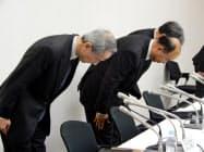 ゴム部品の品質不正について謝罪する三菱電機子会社トーカンの松岡達雄社長(写真中央)