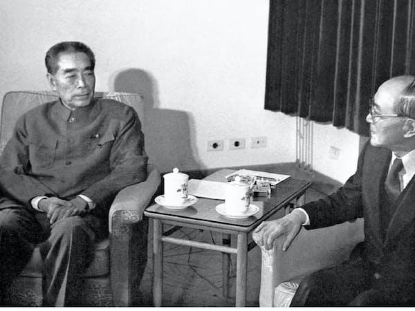 中国の周恩来首相(左)と新日鉄の稲山嘉寛会長の会談が日中鉄鋼交流の土台を築いた