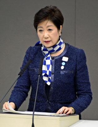 東京都議会の本会議で所信表明する小池百合子知事(4日)=共同