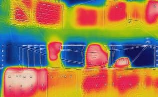 仮想通貨のマイニングマシンをサーモグラフィーカメラで撮影すると、熱を帯びた部分が赤く染まっていた(石川県加賀市)