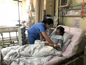 ウランバートルの病院で訓練を受ける介護技能実習生
