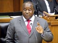10月24日に南アフリカの中期的な予算編成方針を発表したムボウェニ財務相(ケープタウン)=ロイター