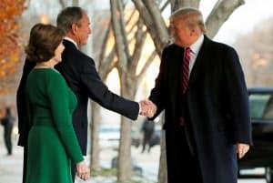 ブッシュ元米大統領と握手するトランプ米大統領=ロイター