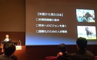 海外から見た日本競馬について語る吉田直哉氏(左奥)