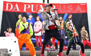 新曲「U.S.A」の販売イベントでダンスを披露するDA PUMP