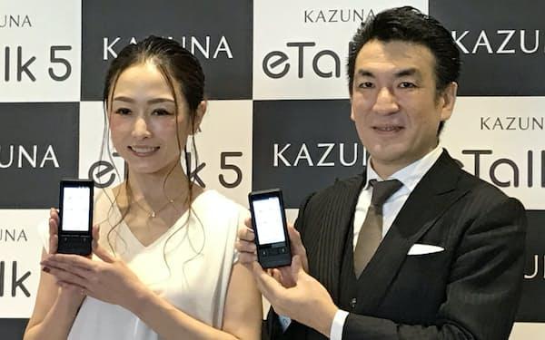 新しい自動翻訳機を発表し、再起を狙う増田氏(右)(5日、東京都中央区)