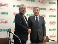記者会見で握手を交わす興和の三輪芳弘社長(左)と農研機構の久間和生理事長(5日午後、東京都中央区)