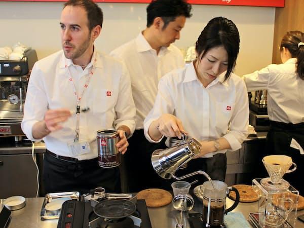 新講座では産地別コーヒーを4種類の抽出方法で飲み比べられる(5日、東京都港区)