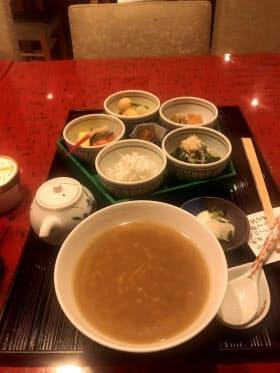 「ホテルアバローム紀の国」で提供している紀州茶粥御膳(和歌山市)。お米が隠れるぐらいお茶を入れるのがよいとされている