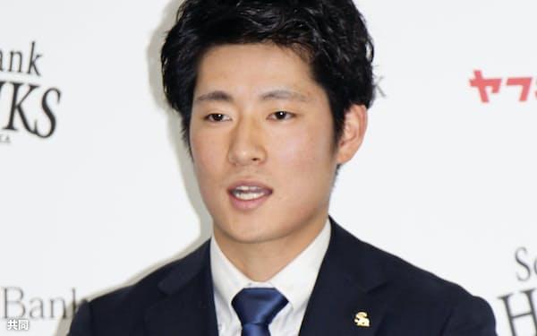 契約更改交渉を終え、記者会見するソフトバンクの上林誠知外野手(5日、ヤフオクドーム)=共同