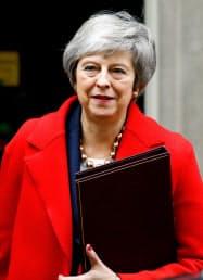 4日、英首相官邸を出発するメイ首相(ロンドン)=ロイター