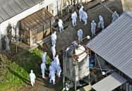 豚コレラが発生した県畜産研究所で行われる防疫作業(5日午後2時46分、岐阜県美濃加茂市)=共同通信社ヘリから