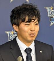 契約更改交渉を終え、記者会見するDeNA・東(5日、横浜市内の球団事務所)=共同