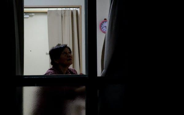 仮設住宅で一人暮らしをする女性(北海道厚真町)