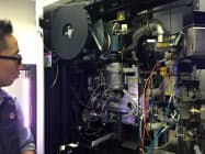 高エネルギー加速器研究機構は「クライオ電子顕微鏡」を報道陣に公開した(5日、茨城県つくば市)