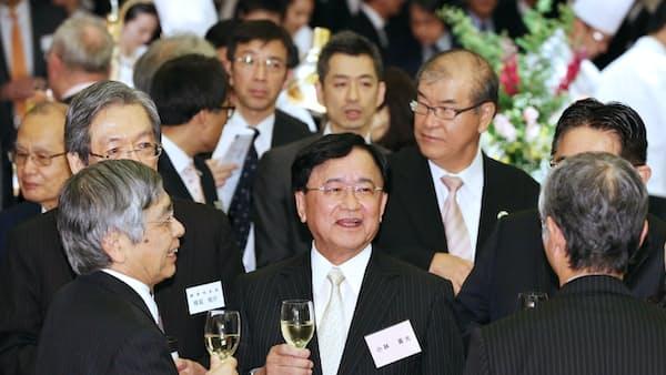 年末エコノミスト懇親会 首相「増税対応で財政政策」