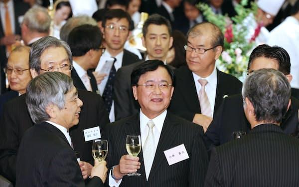 年末エコノミスト懇親会で歓談する(手前左から)日銀の黒田総裁、経済同友会の小林代表幹事ら(5日夜、東京都港区)