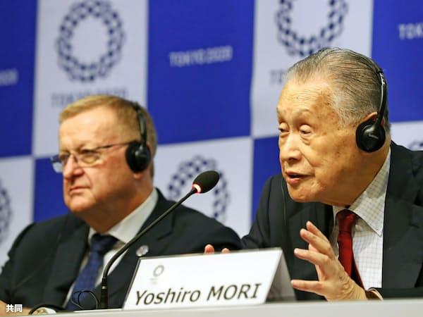 東京五輪の合同会議を終え、記者会見するIOCのコーツ調整委員長(左)と大会組織委の森会長(右)(5日、東京都内)=共同