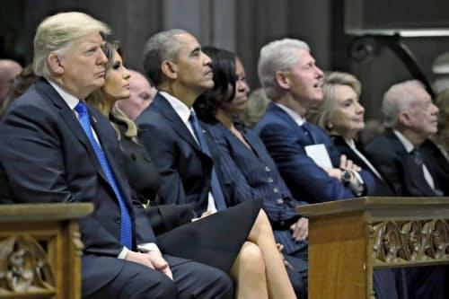 5日、ワシントン大聖堂での国葬には現職・歴代の大統領が参列した(左からトランプ氏とメラニア夫人、オバマ氏とミシェル夫人、クリントン氏とヒラリー夫人、カーター氏)=AP
