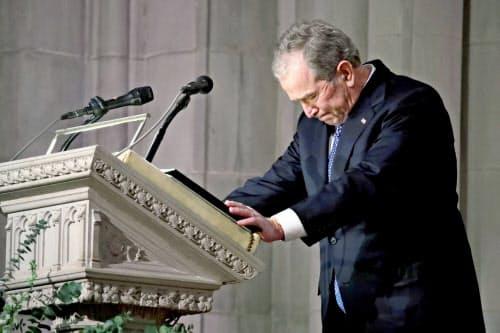 5日、あいさつの途中で言葉につまる長男ブッシュ氏(ワシントン)=ロイター