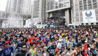 東京マラソンで都庁前をスタートするランナー(東京・西新宿)
