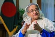インタビューに答えるバングラデシュのシェイク・ハシナ首相(5日午前、ダッカ)=小高顕撮影
