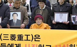 ソウルの韓国最高裁に向かう原告ら(11月29日午前)=共同