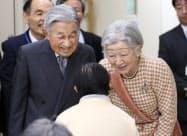 入所者に声をかける天皇、皇后両陛下(6日、東京都国立市の「滝乃川学園」)=代表撮影