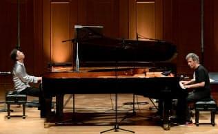 アンコールで聴衆を「にわか合唱団」に仕立てた小曽根真(左)とチック・コリアのピアノデュオ(10月25日、大阪市のいずみホール)