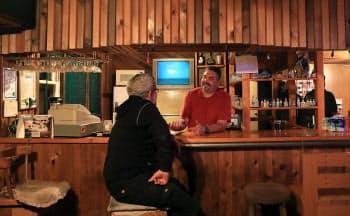 町に存在する唯一の商店はバー。週3日、午後4時から7時までの営業で、店主は港湾管理者や郵便局員の職も兼務する(カナダ・ブリティッシュコロンビア州のオーシャンフォールズ)