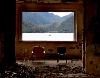 1980年代に営業を休止したリゾートホテル跡地。一大産業だった製紙工場の撤退で住民も去り、町には廃虚が点在する(カナダ・ブリティッシュコロンビア州のオーシャンフォールズ)