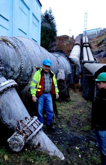約100年前に作られたという水力発電用のパイプ(左)。電力需要の増加を受け、隣では新たに2本の建設が進む(カナダ・ブリティッシュコロンビア州のオーシャンフォールズ)