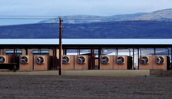 荒涼とした大地に並ぶ仮想通貨のマイニング施設。ビットコインを24時間